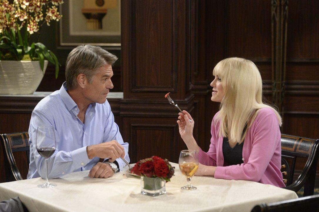Mit Christy (Anna Faris, r.) und Fred (Harry Hamlin, l.) wird es immer ernster - sehr zum Missfallen von Freds Tochter Candace ... - Bildquelle: 2015 Warner Bros. Entertainment, Inc.