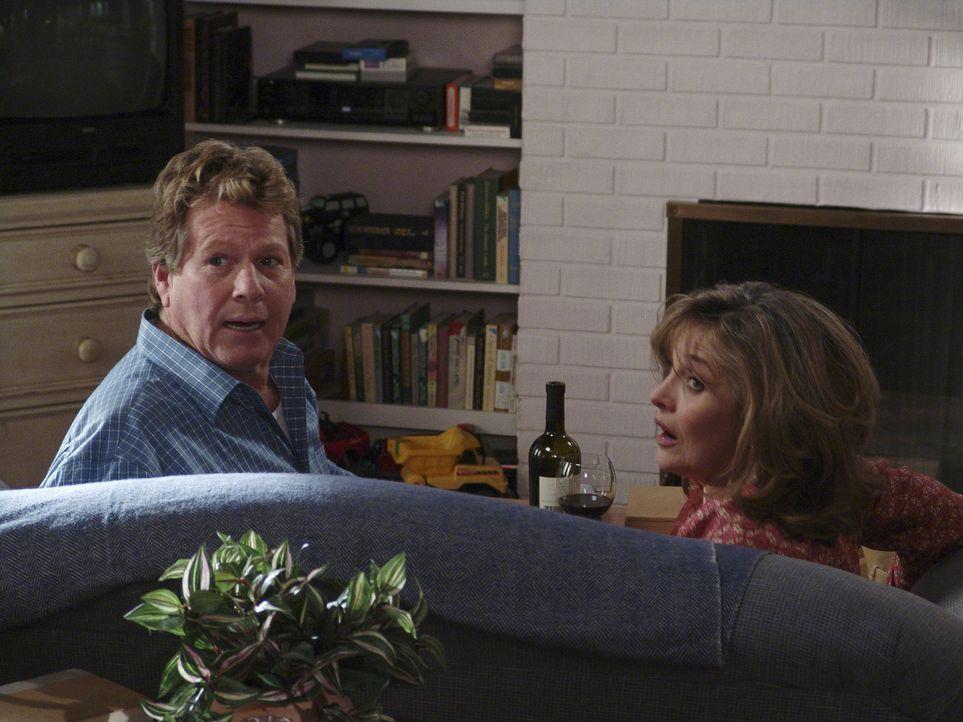 Als Lynette eines morgens unerwartet nach Hause kommt, überrascht sie Toms Vater Rodney (Ryan O'Neal, l.) mit einer Frau auf der Couch, die eindeuti... - Bildquelle: Touchstone Television