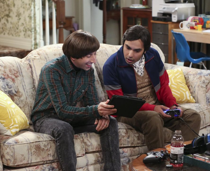 "Raj (Kunal Nayyar, r.) und Howard (Simon Helberg, l.) haben einen Facebook-Fan auf ihrem Profil für ihre Band ""Footprints on the Moon"". Sie sind so... - Bildquelle: 2015 Warner Brothers"