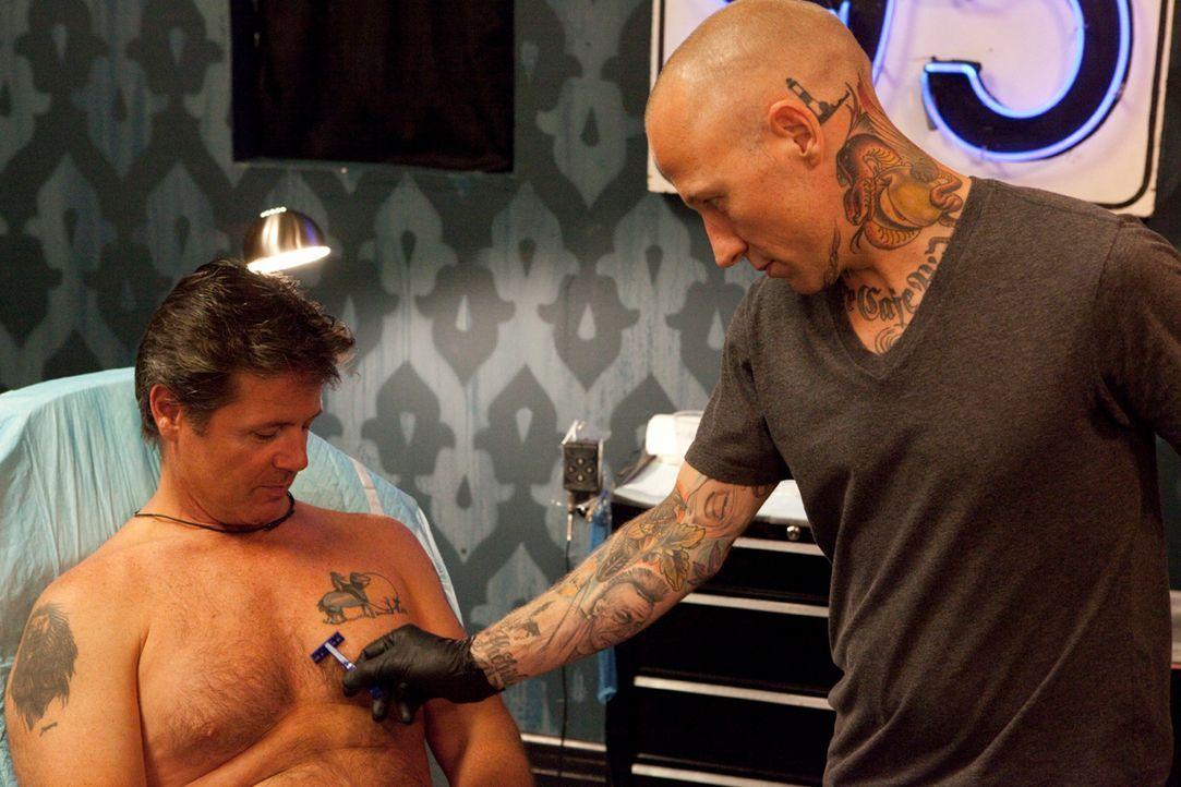 """Hinter """"Tattoo-Sünden"""" stecken meistens interessante Stories, die selbst den erfahrenen Tätowierer Tommy Helm (r.) noch überraschen ... - Bildquelle: 2012 Spike Cable Networks Inc. All Rights Reserved."""