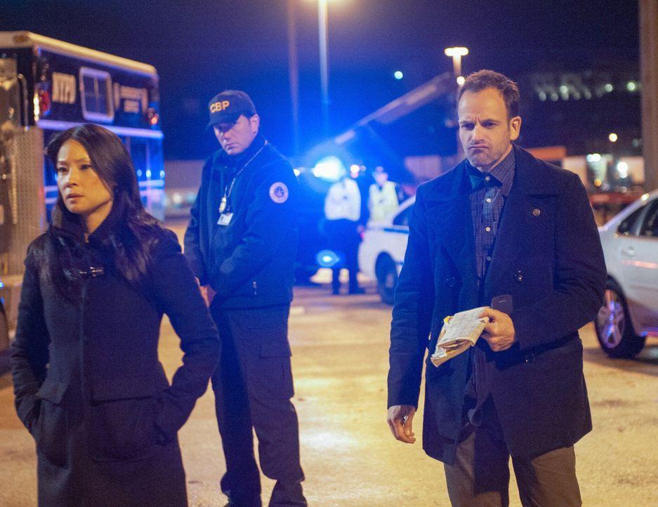 Versuchen alles, um Moriartys Plan zu verhindern: Joan Watson (Lucy Liu, l.) und Sherlock Holmes (Jonny Lee Miller, r.) ... - Bildquelle: CBS Television