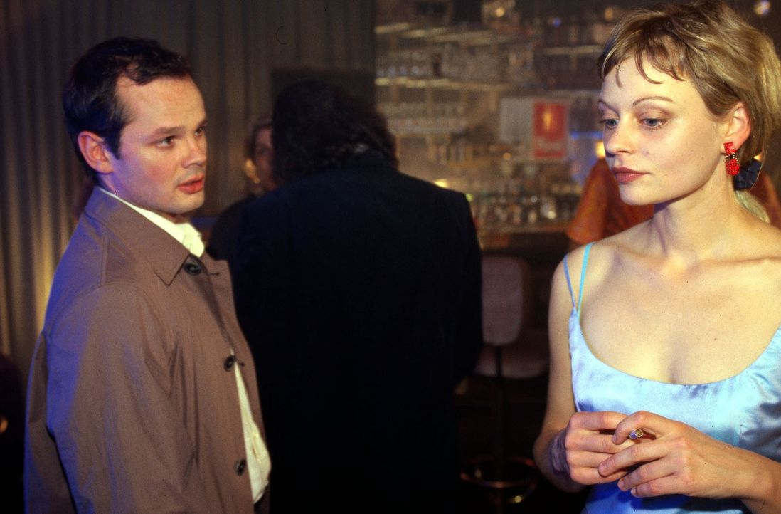Katja (Susanna Simon, r.) wird von ihrem Referendar Raik (Marco Hofschneider, l.) in einer Bar überrascht. - Bildquelle: Gordon Mühle Sat.1