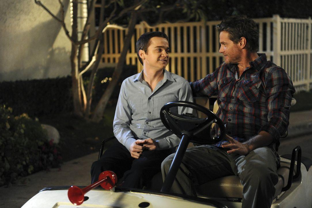 Männerabend: Bobby (Brian Van Holt, r.) und Travis (Dan Byrd, l.) ... - Bildquelle: 2009 ABC INC.
