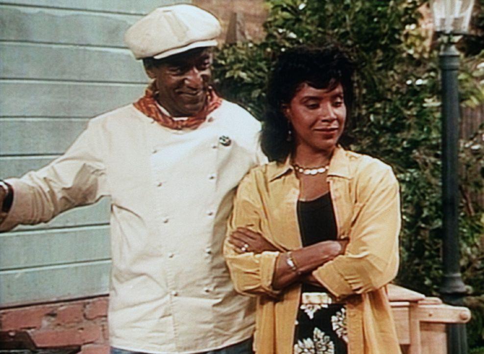 Cliff (Bill Cosby, l.) versucht Clair (Phylicia Rashad, r.) weiszumachen, dass seine Spezialsoße wie ein Aphrodisiakum wirkt. - Bildquelle: Viacom