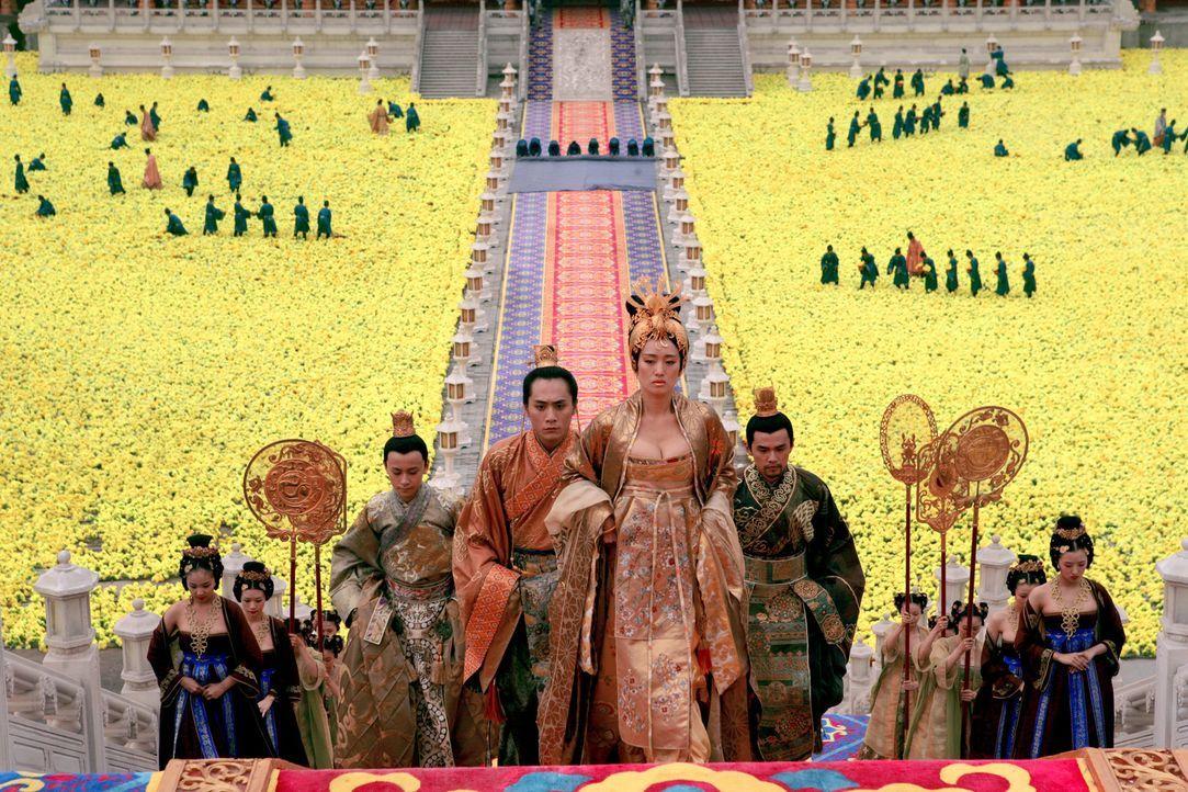 Noch ist das Blumenmeer im festlich geschmückten Palasthof goldgelb, aber schon bald soll es sich purpurrot färben vom vergossenen Blut der Soldat... - Bildquelle: TOBIS Film