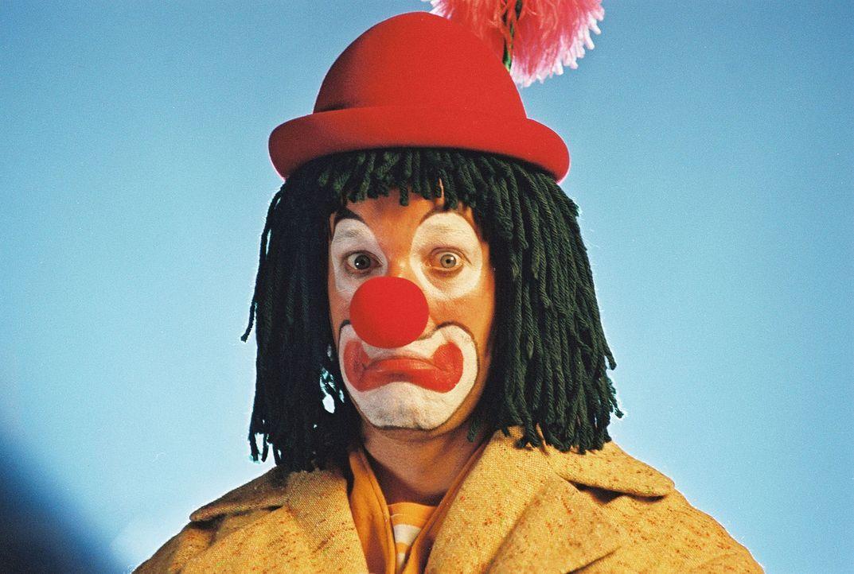 Victor (Jochen Horst, r.) ist Clown im Circus Holiday, der kurz vor dem Ruin steht. Die Zuschauer bleiben aus und die Einnahmen reichen nicht. - Bildquelle: Spitz Sat.1