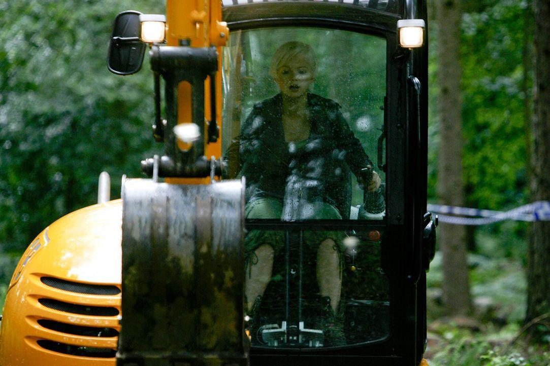 Setzt sich mit Bagger gegen den Säbelzahntiger zur Wehr: Abby (Hannah Spearritt) ... - Bildquelle: ITV Plc