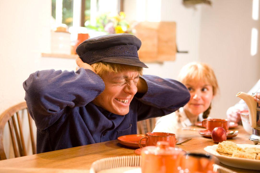 Der Schein trügt: In Lönneberga hängt in Wirklichkeit der Familiensegen schief. Schuld ist der kleine Michel (Bernhard Hoëcker) ... - Bildquelle: Kai Schulz ProSieben
