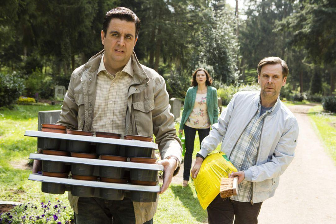 Hagen (Matthias Matschke, r.) und Bastian (Bastian Pastewka, l.) müssen fluchtartig den Friedhof verlassen, um nicht unangenehm aufzufallen ... - Bildquelle: Frank Dicks SAT.1