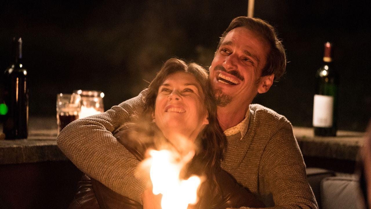 Miki Witt (Max von Thun, r.) und seine Frau, Polizeibeamtin Victoria Witt (Kathrin von Steinburg, l.), führen ein glückliches Leben, bis ein schreck... - Bildquelle: Marc Reimann SAT.1/Marc Reimann