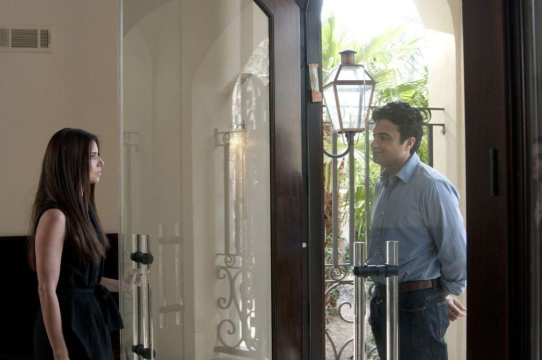 Während neue Informationen über Flora ans Licht kommen, taucht plötzlich Carmens (Roselyn Sanchez, l.) Ehemann Oscar (Jaime Camil, r.) überraschend... - Bildquelle: ABC Studios
