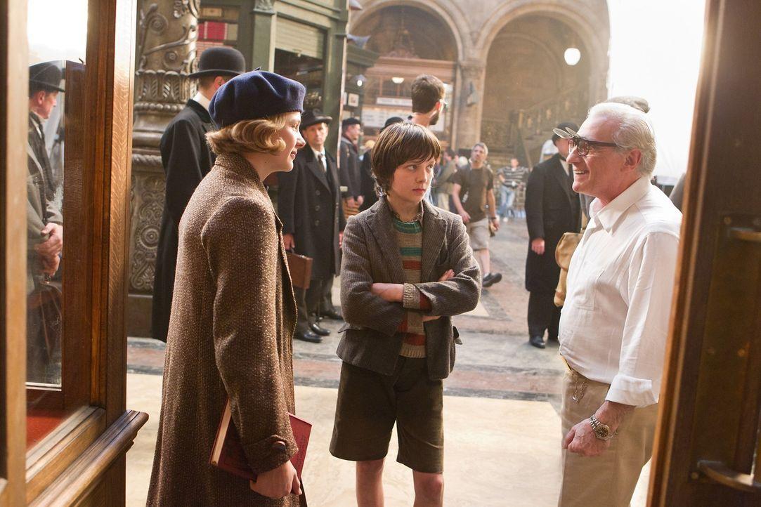 Martin Scorsese (r.) mit seinen beiden jungen Hauptdartsellern Chloë Grace Moretz (l.) und Asa Butterfield (M.) - Bildquelle: Jaap Buitendijk 2011 GK Films.  All Rights Reserved.