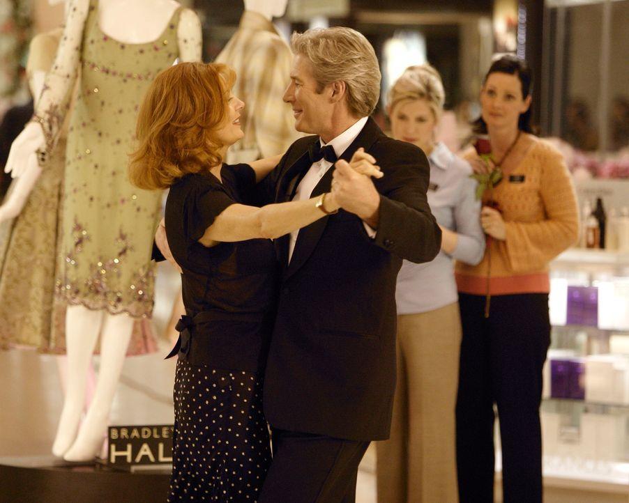 Beverly Clark (Susan Sarandon, l.) ist überglücklich, dass ihr Mann John (Richard Gere, r.) keine Affäre, sondern nur Tanzstunden genommen hat ... - Bildquelle: Buena Vista International Television