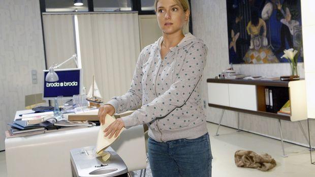 Irrtümlicherweise schreddert Anna (Jeanette Biedermann) die Originale - und n...