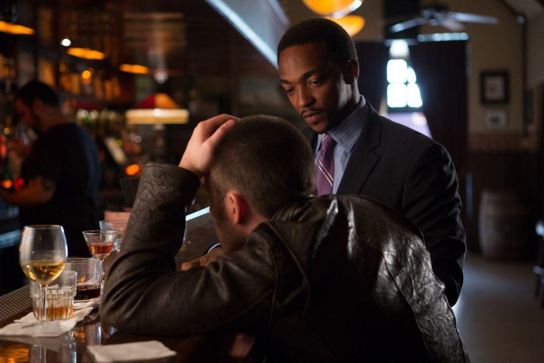 ER (Chris Evans, l.), ein unter notorischer Bindungsangst leidender Drehbuchautor, bekommt von Bryan (Anthony Mackie, r.) den Auftrag, eine Liebesko... - Bildquelle: Daniel McFadden Wild Bunch