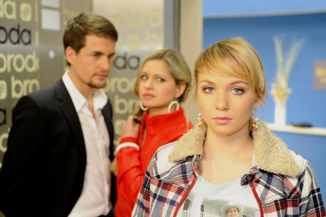 Lars (Alexander Klaws, l.) und Mia (Josephine Schmidt, M.) befürchten, dass Lily (Jil Funke, r.) sauer auf sie ist, als sie sie beim Küssen erwisc... - Bildquelle: SAT.1