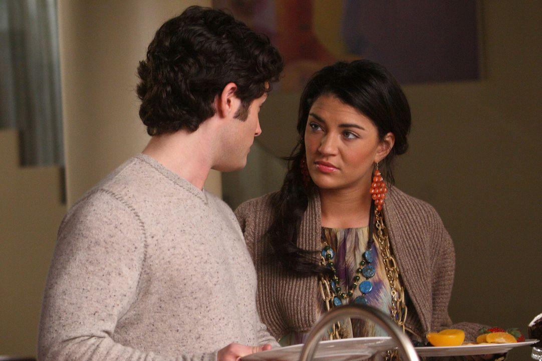 Überrascht bemerken die beiden (v.l.: Penn badgley, Jessica Szohr), dass ihre Freunde schon von ihrer Liebe wissen. - Bildquelle: Warner Brothers