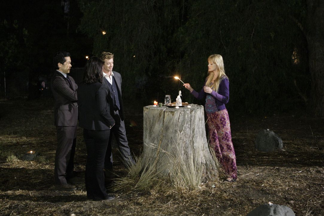 In ihrem neuen Fall stoßen Kendall Cho (Tim Kang, l.), Teresa Lisbon (Robin Tunney, 2.v.l.) und Patrick Jane (Simon Baker, 2.v.r.) auf Tamzin Dove (... - Bildquelle: Warner Bros. Television