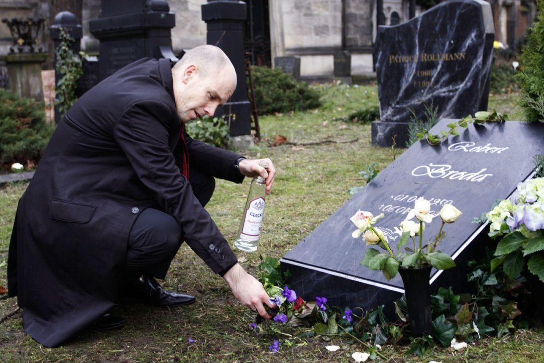 An Roberts Grab äußert Gerrit (Lars Löllmann) seinen Frust - und seine Rachsucht ... - Bildquelle: Noreen Flynn Sat.1