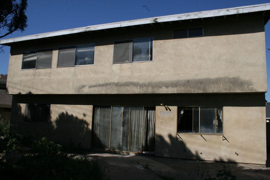 Wenn Tarek und Christina dieses Haus kaufen wollen, müssen sie dies ungesehen tun. Der Preis ist günstig und das Gewinnpotenzial ist groß, aber was... - Bildquelle: 2015,HGTV/Scripps Networks, LLC. All Rights Reserved