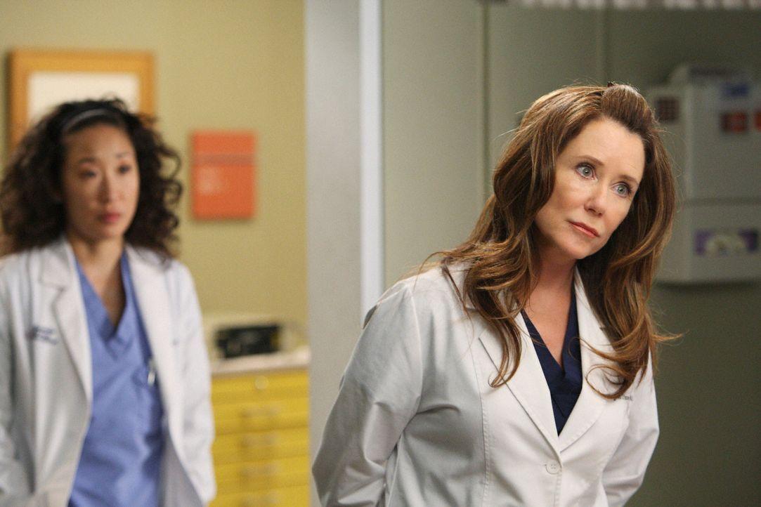 Cristina (Sandra Oh, l.) soll den ganzen Tag mit Dr. Virginia Dixon (Mary McDonnell, r.) verbringen und diese beeindrucken, damit Virginia endgülti... - Bildquelle: Touchstone Television