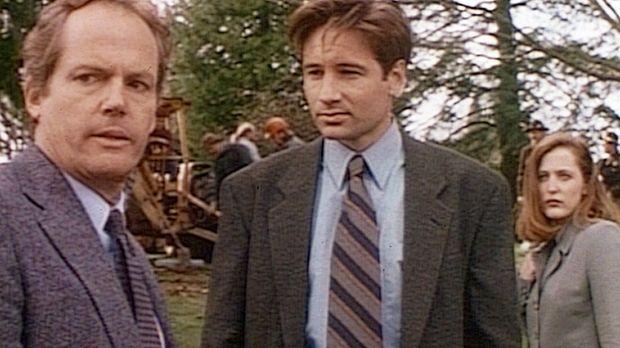 Der Gerichtsmediziner Truitt (Stephen E. Miller, l.) steht wie die FBI-Agente...