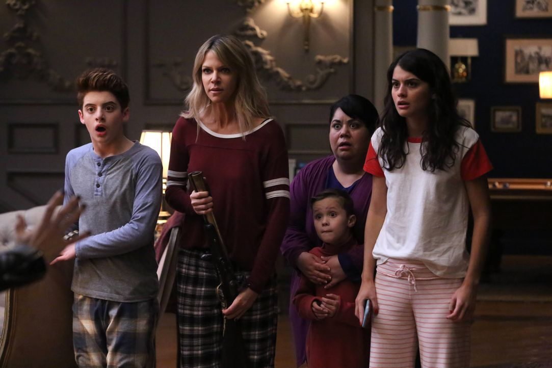 Chip (Thomas Barbusca, l.), Mickey (Kaitlin Olson, 2.v.l.), Alba (Carla Jimenez, 2.v.r.), Sabrina (Sofia Black-D'Elia, r.) und Ben (Jack Stanton, vo... - Bildquelle: 2017 Fox and its related entities. All rights reserved.