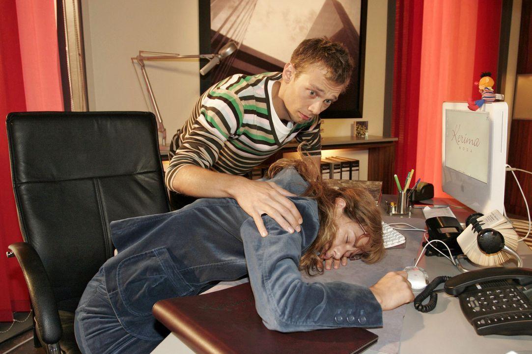 Jürgen (Oliver Bokern, l.) ist entsetzt, Lisa (Alexandra Neldel, r.) auf ihrem Schreibtisch schlafend vorzufinden. Eigentlich müsste sie jetzt an... - Bildquelle: Noreen Flynn Sat.1