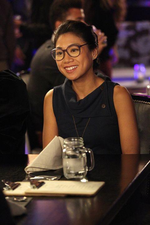 Nachdem Kimmie Helen-Alice (Liza Lapira) vom Online-Dating überzeugt hat, findet sie sich auf einem Gruppendate wieder - allerdings muss sie eine Tä... - Bildquelle: Warner Brothers