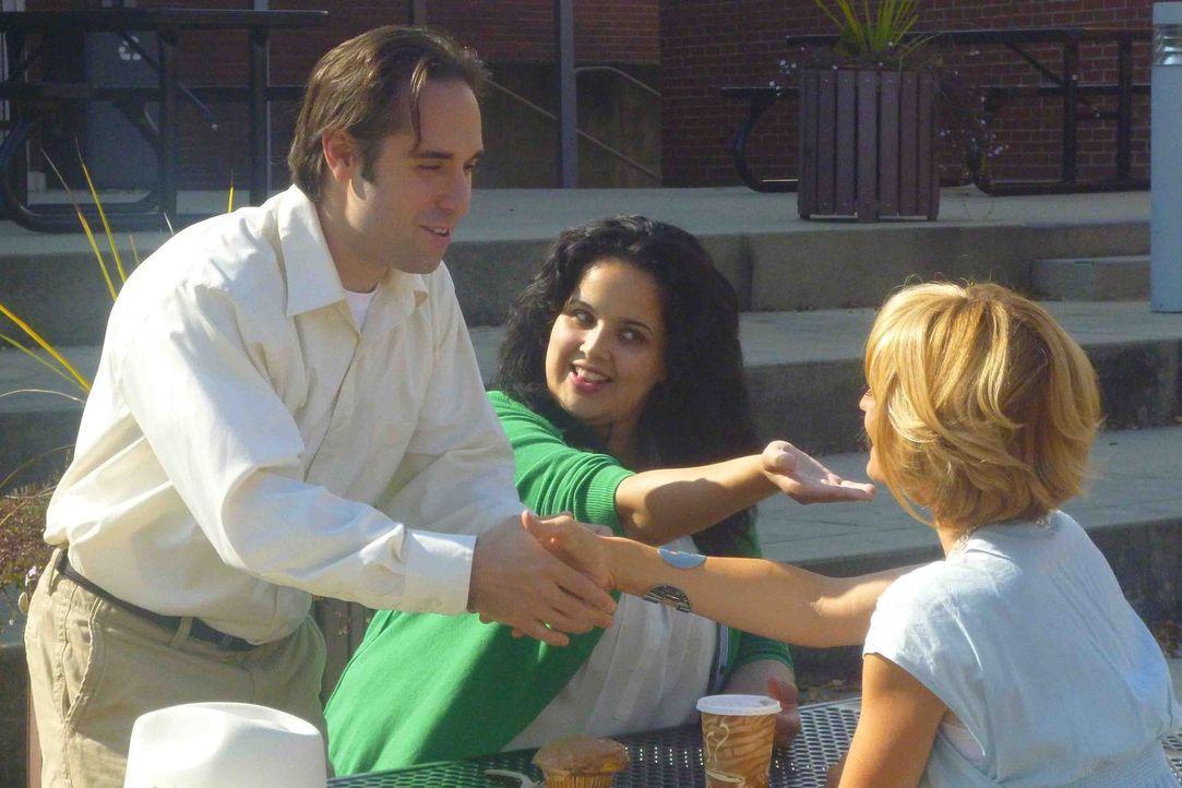 Als Linda (M.) Alberto (l.) und Elizabeth (r.) einander vorstellt ahnt sie nicht, dass sie damit möglicherweise bereits das Todesurteil von Alberto unterschrieben hat ...