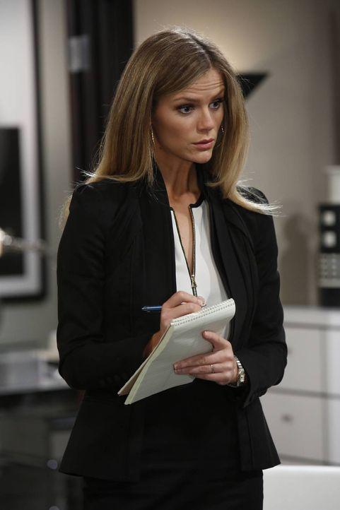 Als Jules (Brooklyn Decker) bei Kate als Assistentin aushilft, entdeckt sie verräterische Dokumente ... - Bildquelle: 2013 CBS Broadcasting, Inc. All Rights Reserved.