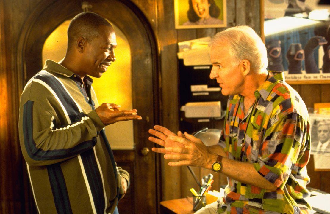 Der erfolglose Filmproduzent Bobby Bowfinger (Steve Martin, r.) will seinen Durchbruch mit einem Film erreichen, dessen Hauptrolle der Superstar Kit... - Bildquelle: Universal Pictures