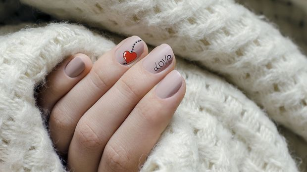 Beziehung_2016_01_19_Valentinstag Nägel_Schmuckbild_fotolia_devmarya