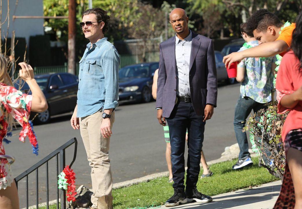 Riggs (Clayne Crawford, l.) und Murtaugh (Damon Wayans, r.) ermitteln im Milieu von College-Footballspielern, als der Manager des aufstrebenden Star... - Bildquelle: 2016 Warner Brothers