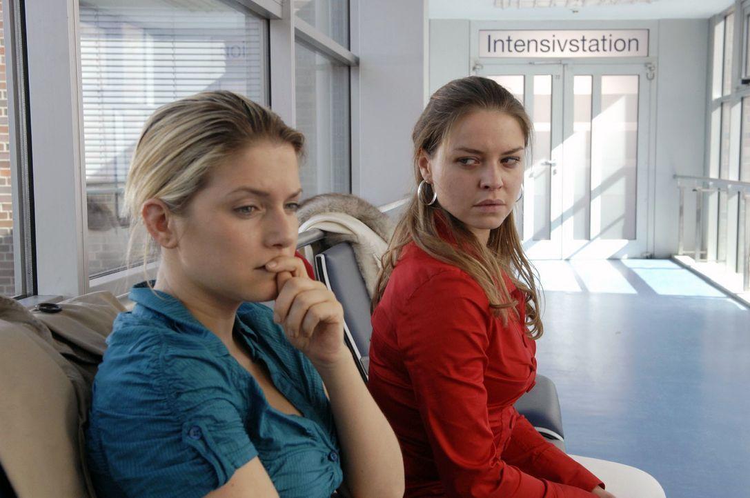 Während Jonas um sein Leben kämpft, macht Katja (Karolina Lodyga, r.) Anna (Jeanette Biedermann, l.) schwere Vorwürfe. - Bildquelle: Claudius Pflug Sat.1