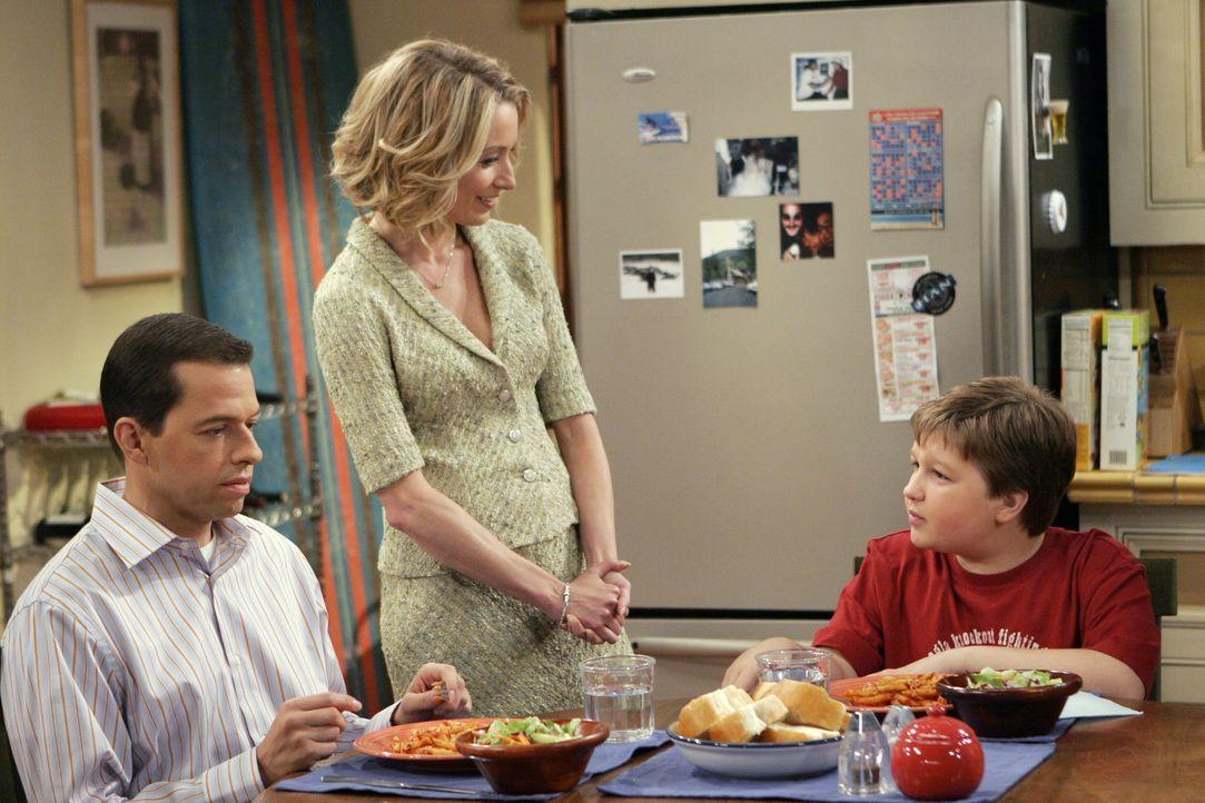 Alan (Jon Cryer, l.) und Jake (Angus T. Jones, r.) können Lydia (Katherine LaNasa, M.) nicht leiden ... - Bildquelle: Warner Brothers Entertainment Inc.