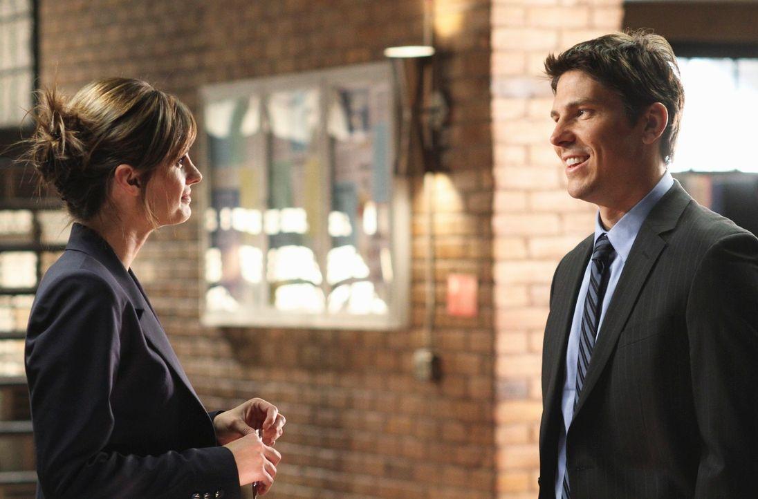 Kate Beckett (Stana Katic, l.) flirtet heftig mit Det. Tom Demming (Michael Trucco, r.) ... - Bildquelle: ABC Studios