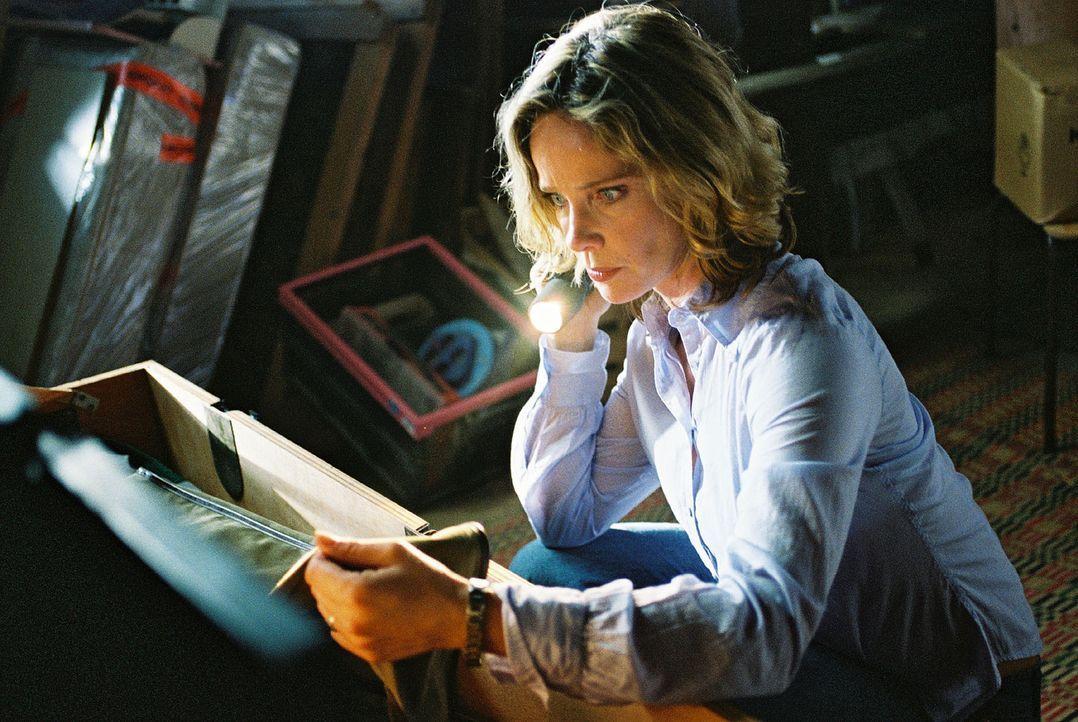 Michelle (Ann-Kathrin Kramer) findet auf dem Dachboden ihres Hauses die Jagdausrüstung ihres Vaters. Doch das Futteral für das Gewehr ist leer ... - Bildquelle: Jacqueline Krause-Burberg Sat.1