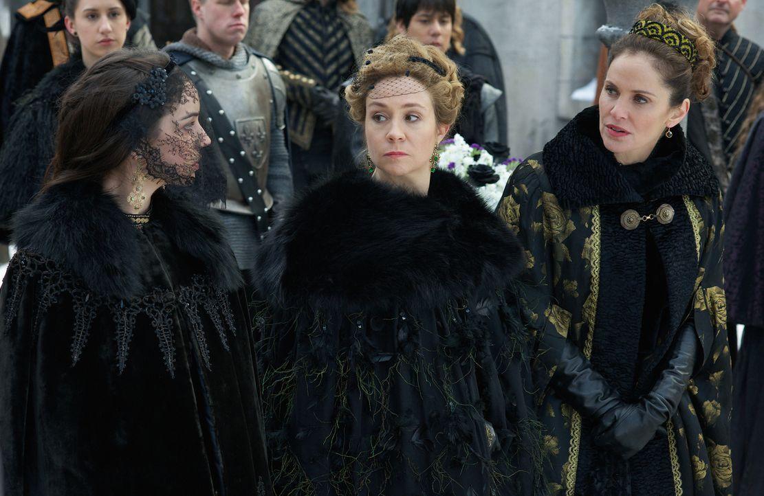 Die Beerdigung des Duke von Guise veranlasst Marys (Adelaide Kane, l.) Mutter Marie de Guise (Amy Brenneman, l.), an den französischen Hof zurückzuk... - Bildquelle: Sven Frenzel 2014 The CW Network, LLC. All rights reserved.