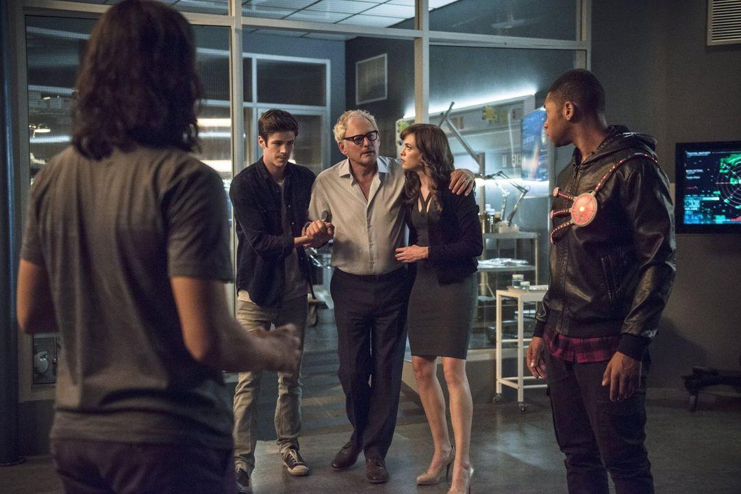 Wichtige Entscheidungen warten auf Cisco (Carlos Valdes, l.), Barry (Grant Gustin, 2.v.l.), Dr. Stein (Victor Garber, M.), Caitlin (Danielle Panabak... - Bildquelle: 2015 Warner Brothers.