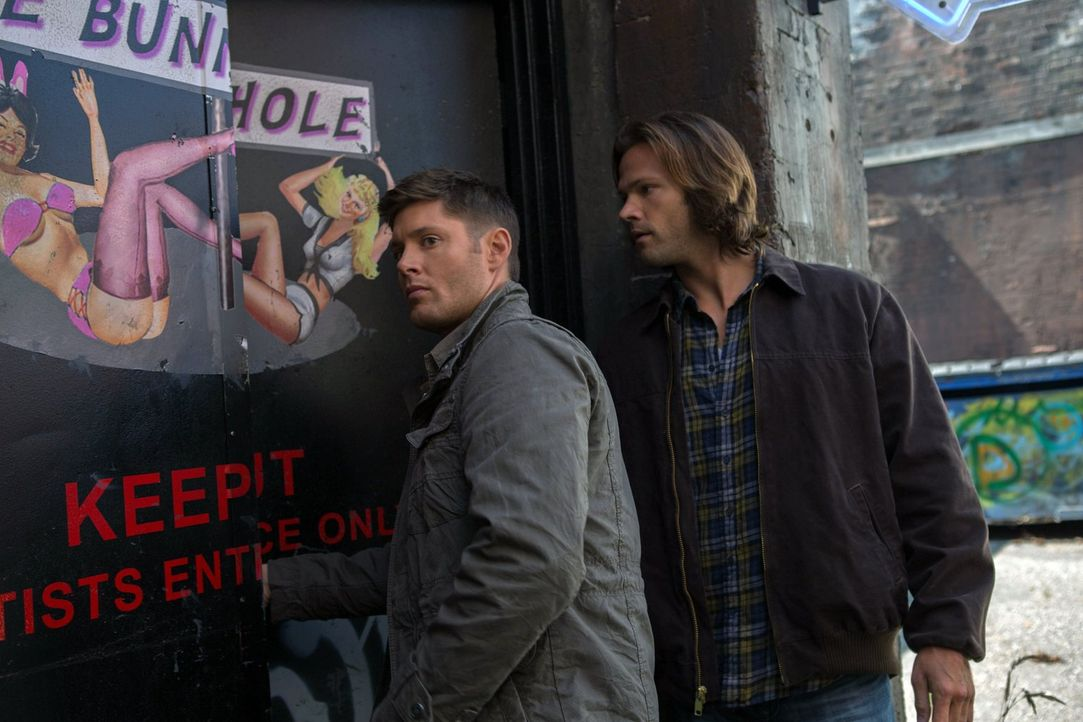 Können Sam (Jared Padalecki, r.) und Dean (Jensen Ackles, l.) eine uralte Gottheit aufhalten? - Bildquelle: Warner Bros. Television