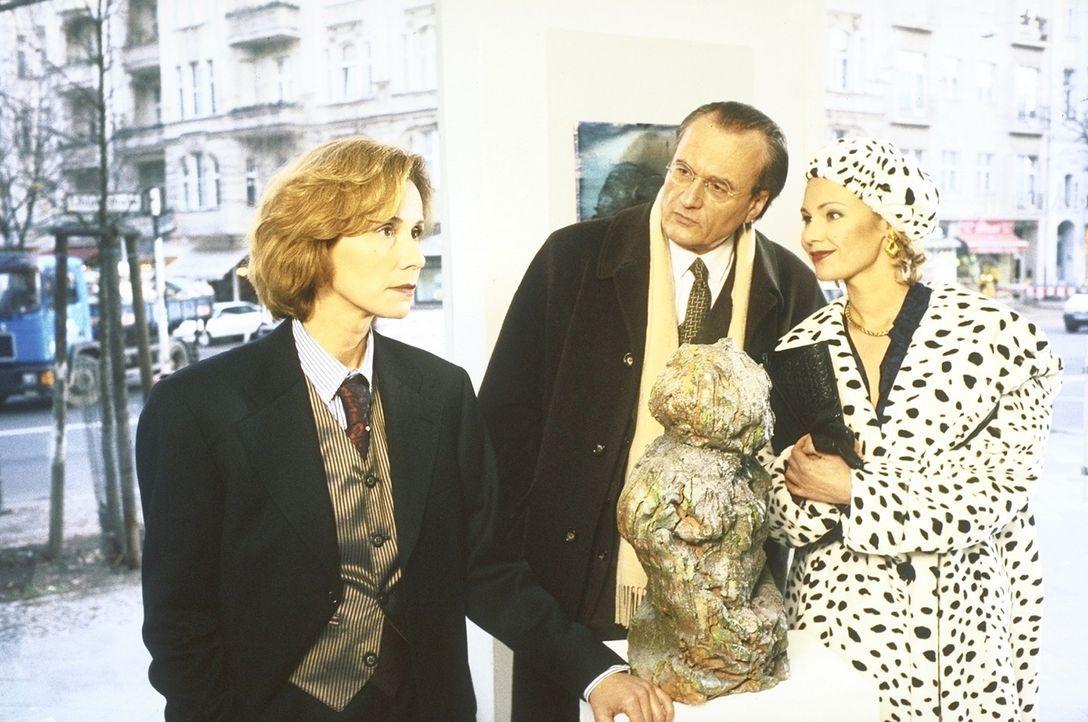 Als Ehepaar getarnt besuchen Dr. Maas (Dietrich Mattausch, M.) und Katja Lehner (Antje Schmidt, r.) die Kunsthändlerin Sibylle Teske (Michaela Rosen... - Bildquelle: Aki Pfeiffer ProSieben