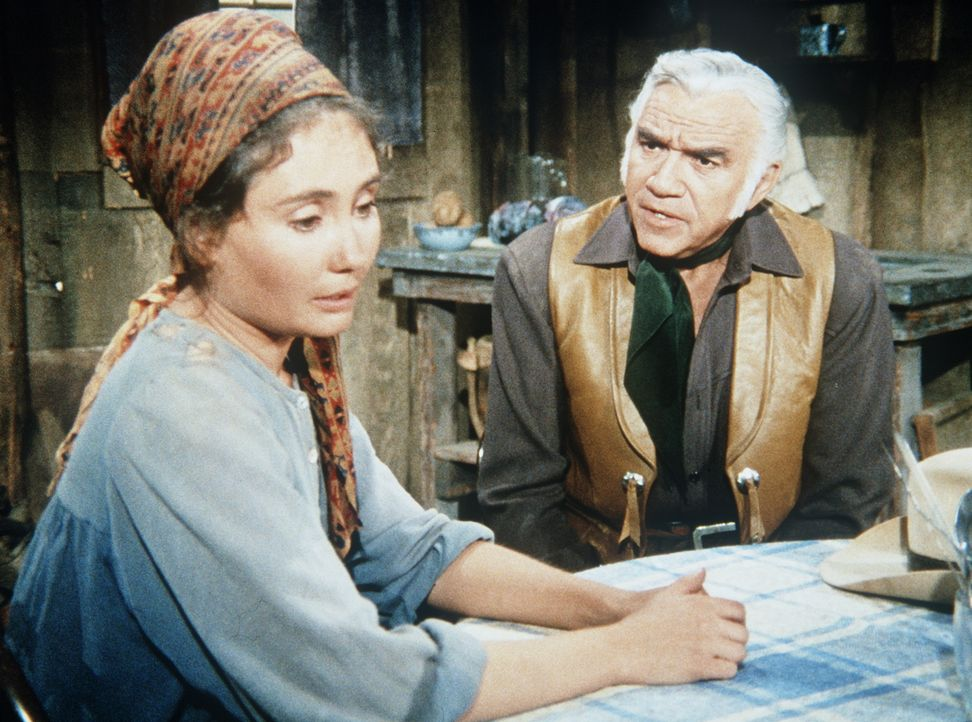 Ben Cartwright (Lorne Greene, r.) will Anna Kosovo (Kathleen Widdoes, l.), die von ihrem geisteskranken Mann verfolgt wird, helfen. - Bildquelle: Paramount Pictures