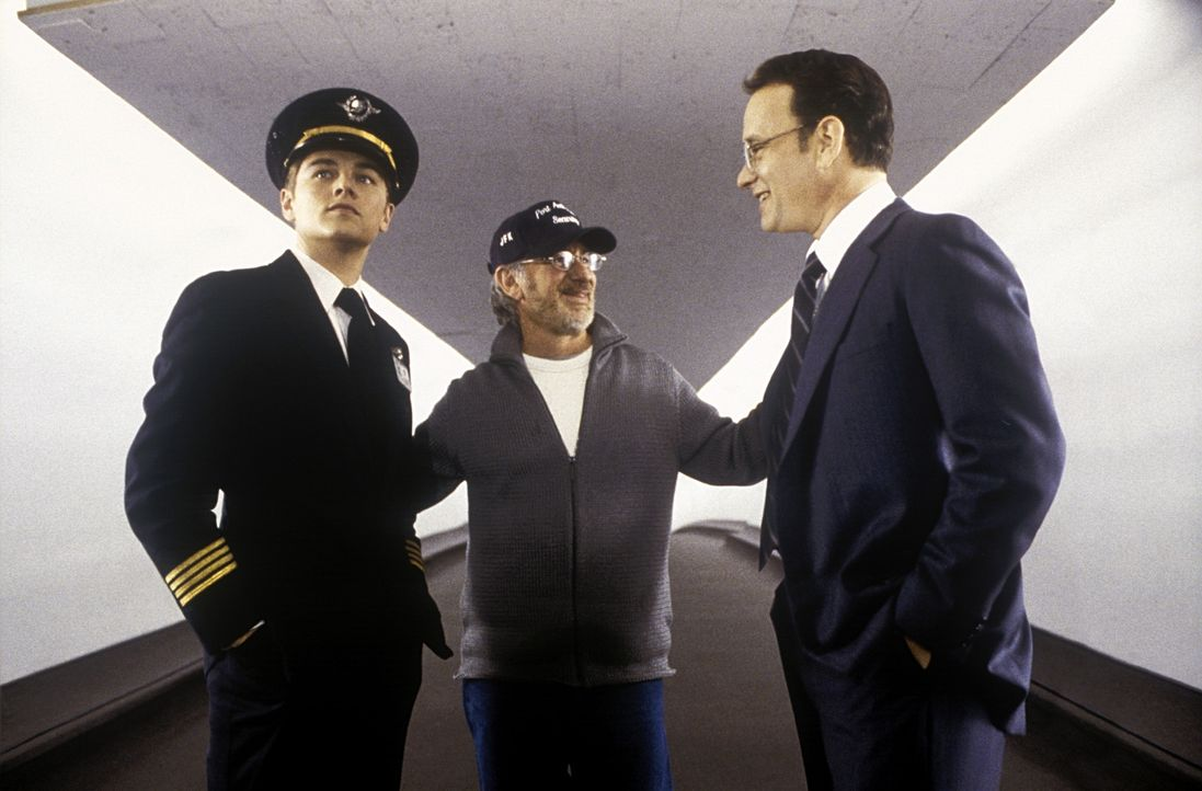 Regisseur Steven Spielberg, M. mit Leonardo DiCaprio, l. und Tom Hanks, r. - Bildquelle: TM &   2003 DreamWorks LLC. All Rights Reserved