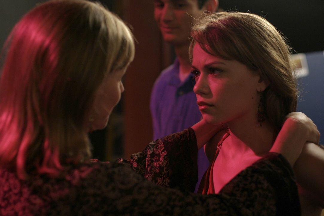 Lydia (Bess Armstrong, l.) freut sich mit ihrer Tochter Haley (Bethany Joy Galeotti, r.), die noch nicht lange verheiratet ist ... - Bildquelle: Warner Bros. Pictures