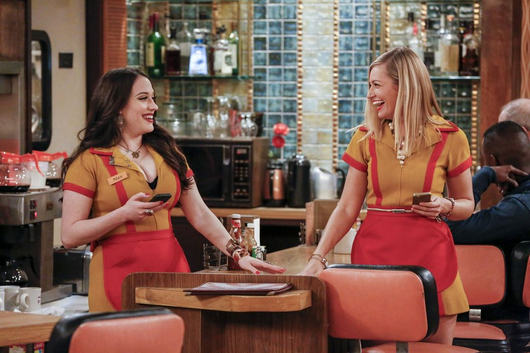 Max (Kat Dennings, l.) und Caroline (Beth Behrs, r.) sind begeistert, als sie zu einer Presseveranstaltung für den Film über Carolines Leben eingela... - Bildquelle: Warner Bros. Television