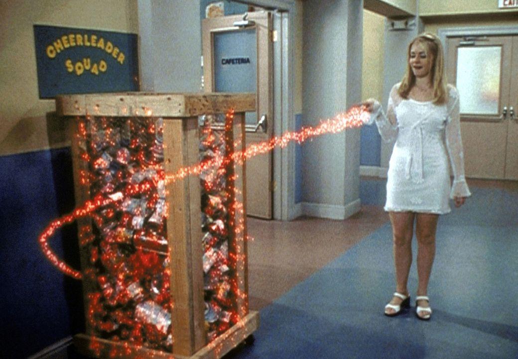 Sabrinas (Melissa Joan Hart) Charakter hat sich durch den Einfluss von Sonnenflecken derart verändert, dass sie sogar auf die Idee kommt, die Welth... - Bildquelle: Paramount Pictures