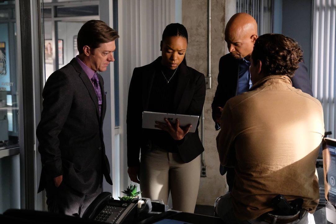 Das ganze Team ist besorgt, als Dr. Maureen Cahill von einem mörderischen Stalker verfolgt wird: Riggs (Clayne Crawford, l.), Murtaugh (Damon Wayans... - Bildquelle: 2016 Warner Brothers
