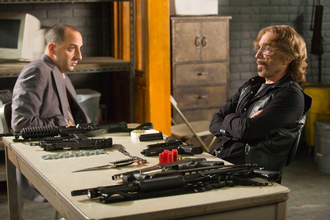 Harry (Tony Hale, l.) ist positiv überrascht, dass Winston sich Sorgen um Guerrero (Jackie Earle Haley, r.) macht. Doch dann macht ihm Guerrero klar... - Bildquelle: 2011  Warner Bros.