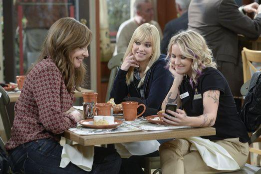 Jodi (Emily Osment, r.) schwärmt vor Christy (Anna Faris, M.) und Bonnie (All...